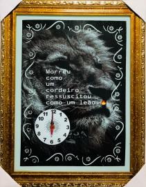 Quadro Relógio madeira com moldura e vidro individual (LEÃO PRETO E BRANCO)